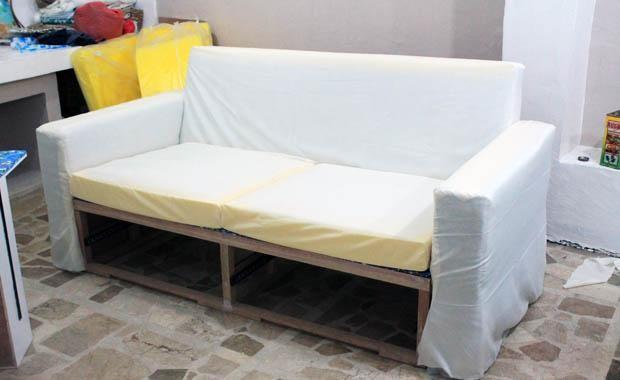 обшитый тканью диван
